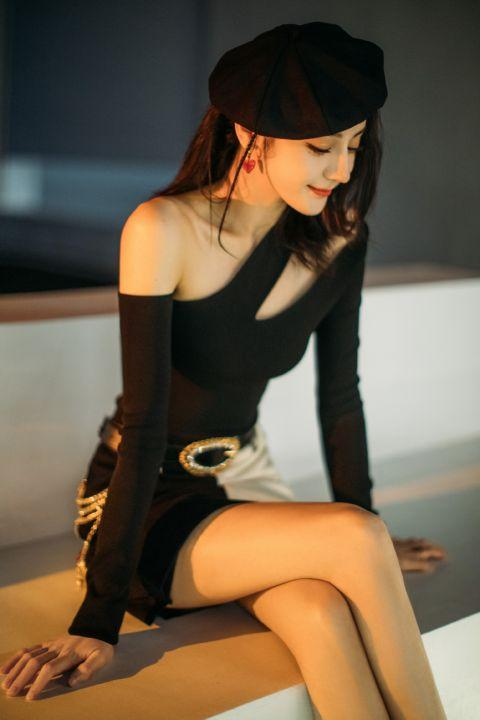 迪丽热巴黑白拼接短裙秀美腿 头戴贝雷帽甜酷灵动