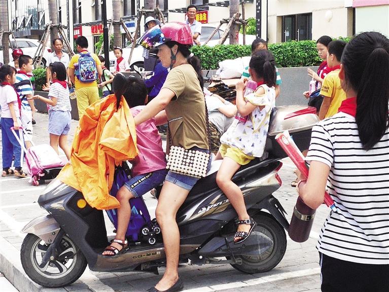 """电动车进入""""整顿期"""",载人罚款,家长犯难了:我骑车娃后边跑?"""