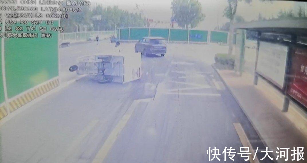 郑州一快递小哥只顾看手机岔路口车辆侧翻 没戴头盔头部轻伤