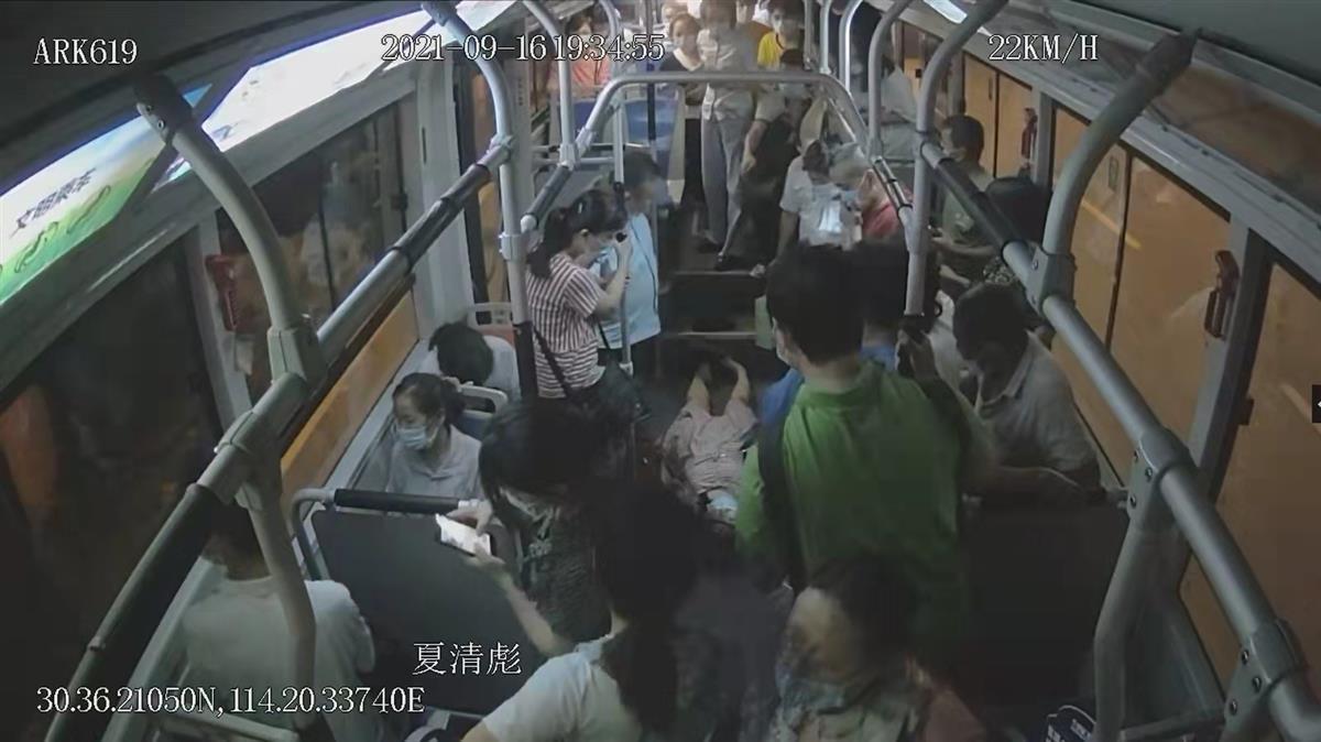乘客公交车上突发疾病,全车人决定直奔医院