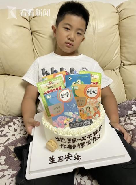 """儿子过生日 妈妈送上""""课本""""蛋糕!他的表情亮了"""