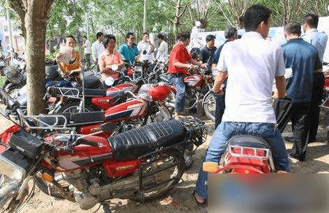 天天去农村收破摩托的人拿它们干嘛?听完用途,农民不想卖车了