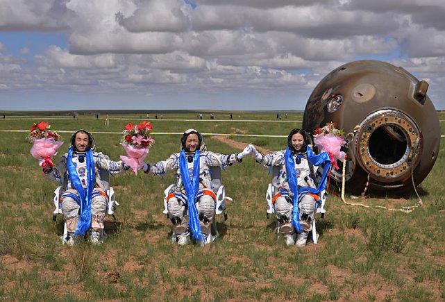 航天员返回地面的时候,为什么不能站立,要用专门的座椅来转移?