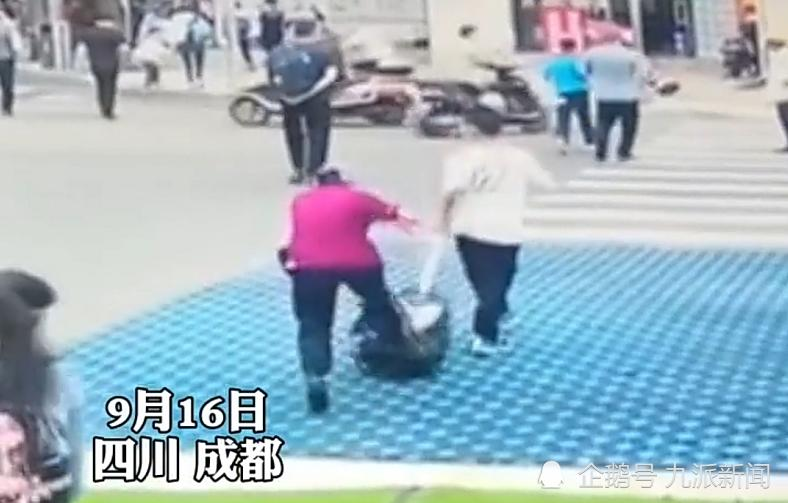 成都老太太碰瓷小学生?警方通报遭质疑,目击者:没有人敢扶她