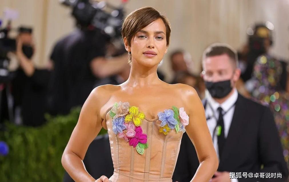 C罗前女友伊莲娜MetGala红毯美图秀穿搭,身材感人,尺度开放,大可不必这样露