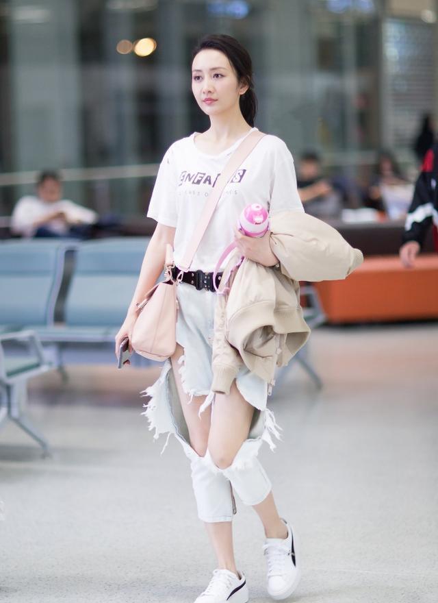王鸥穿破洞裤走机场,明明是长裤却穿出短裤视角?