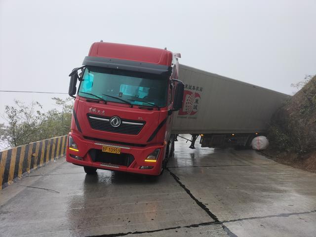 运菜车掉入排水沟 警种联动快速施救