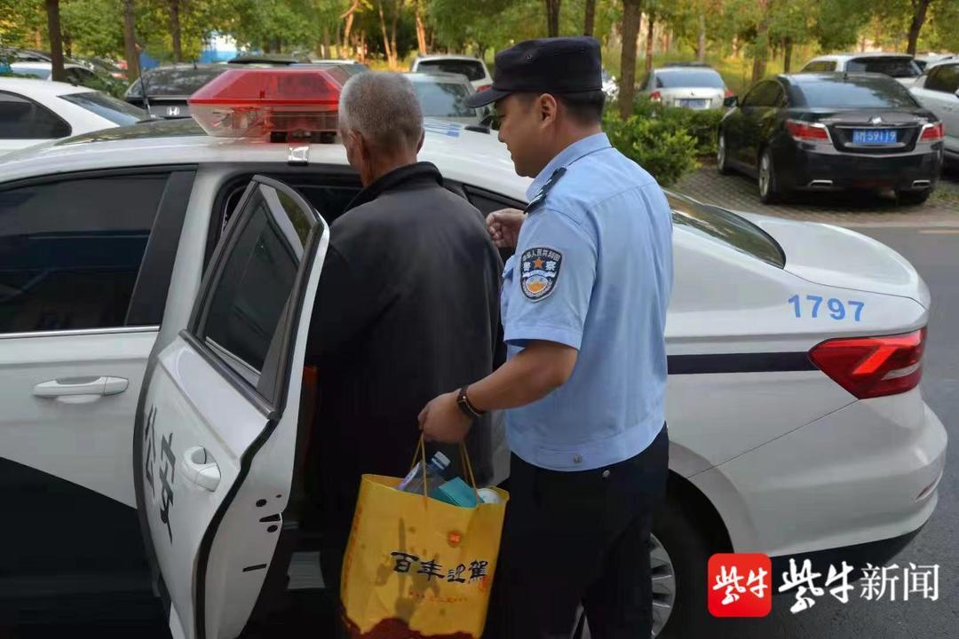扬州老人迷路走到泰州 民警开警车送回家