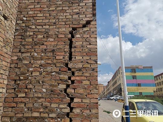 追踪 车道旁边墙体倾斜、7米多高裂缝已维修加固