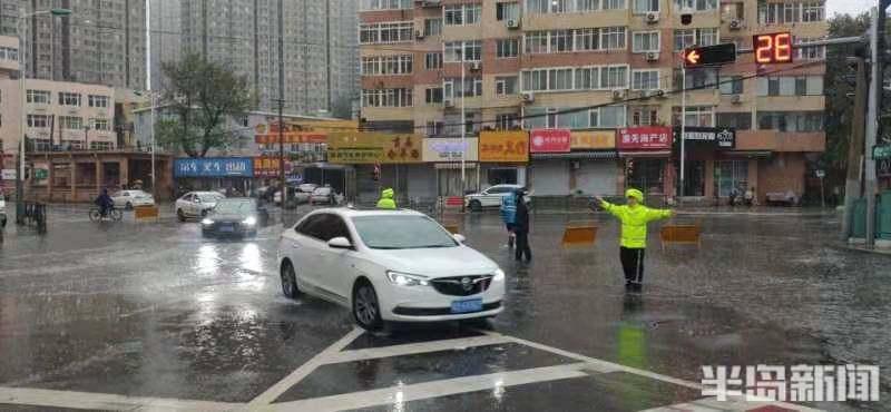 减速慢行!交警雨中执勤,守护道路安全畅通