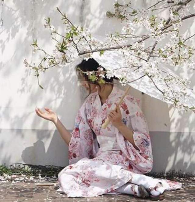 四川一高校校园出现无知少女,穿和服逛校园惹众怒,是否要开除?