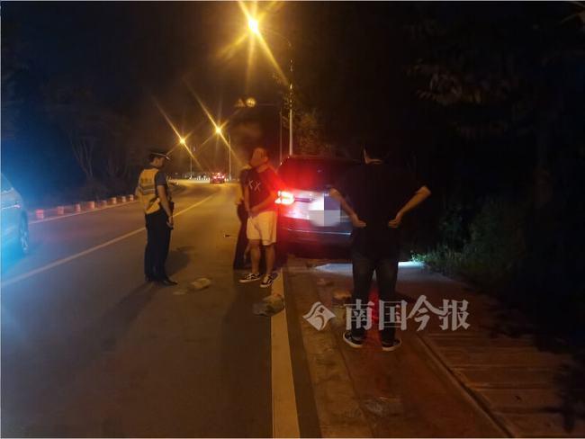 深夜,环江滨水大道,一对男女站在商务车旁淋雨,城管靠近发现更大的危险!