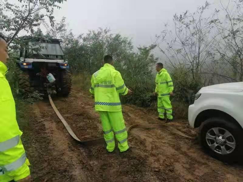 驴友被困山顶18小时,义警6小时冒雨救援