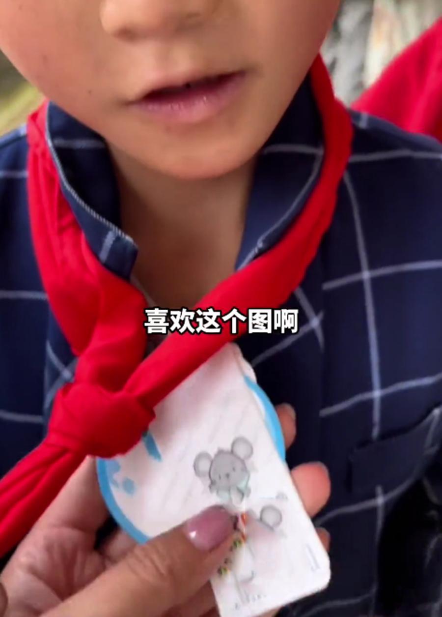 志愿者为山区孩子送去内裤,小男孩将吊牌挂脖子上:喜欢这个图案