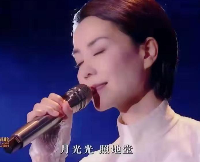 52岁王菲惊艳开唱!穿白裙尽显巨星范,谢霆锋刻意避嫌爱意藏不住