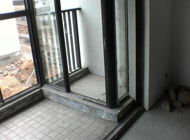 """""""偷""""空间需谨慎,二货邻居竟把设备平台改阳台,难道不怕塌?"""
