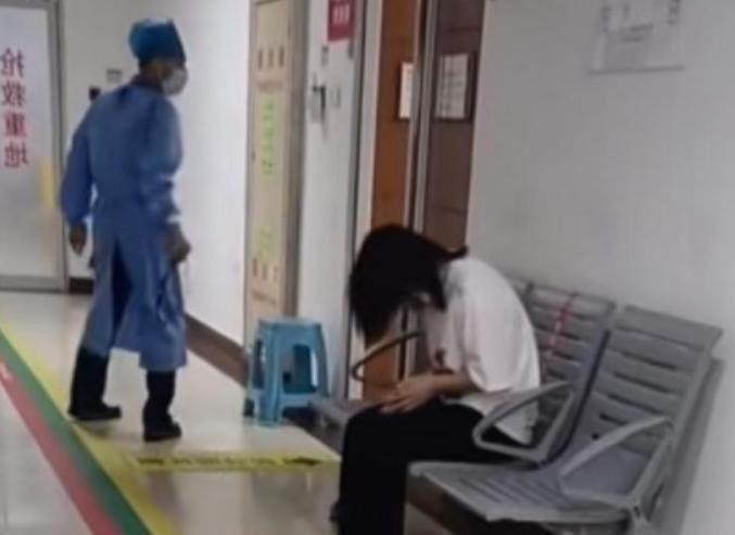 可怜!深圳一小孩中秋节被父母锁车里一天,医生:送来时就不行了