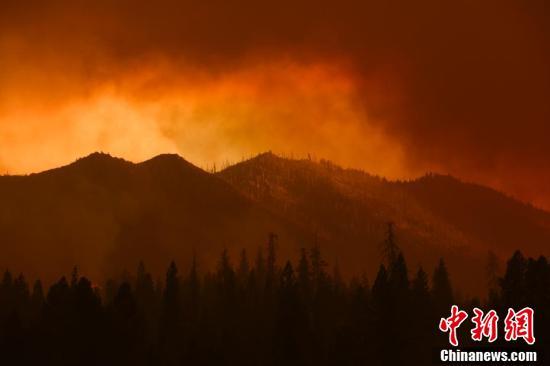 美国加州红杉国家公园山火持续 浓烟遮天蔽日