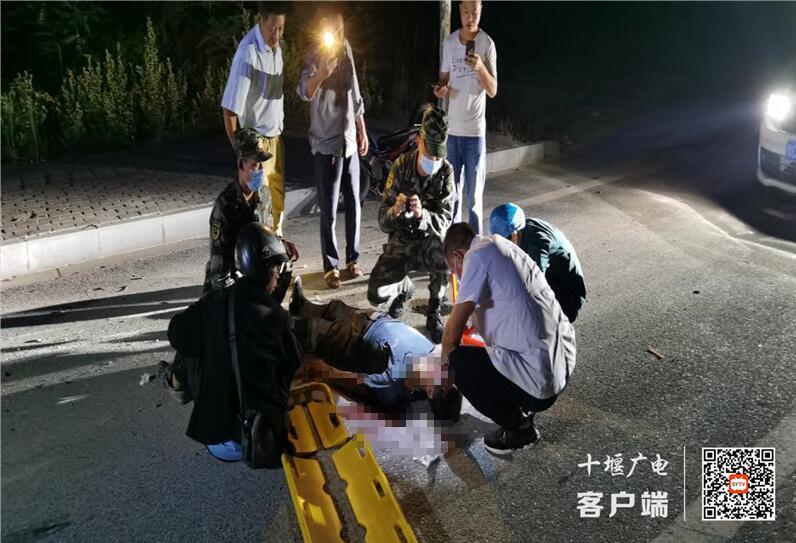 点赞!路遇事故,十堰武警官兵紧急施救