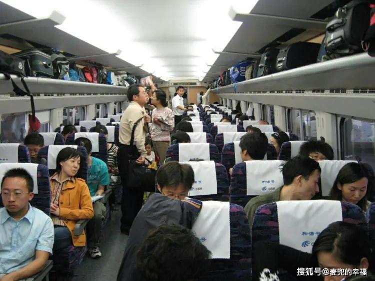 男员工跟女老板出差,火车上主动为老人让座,老板:你被解雇了