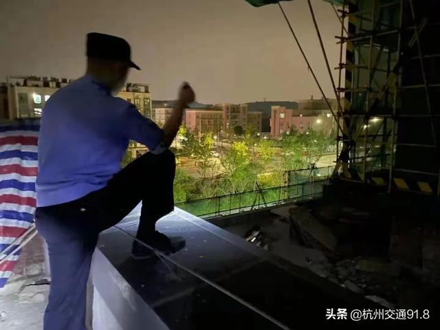 深夜,杭州萧山某小区上空撒下万元人民币