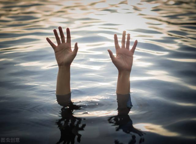妻子溺水,丈夫在岸边冷眼抽烟,致其死亡