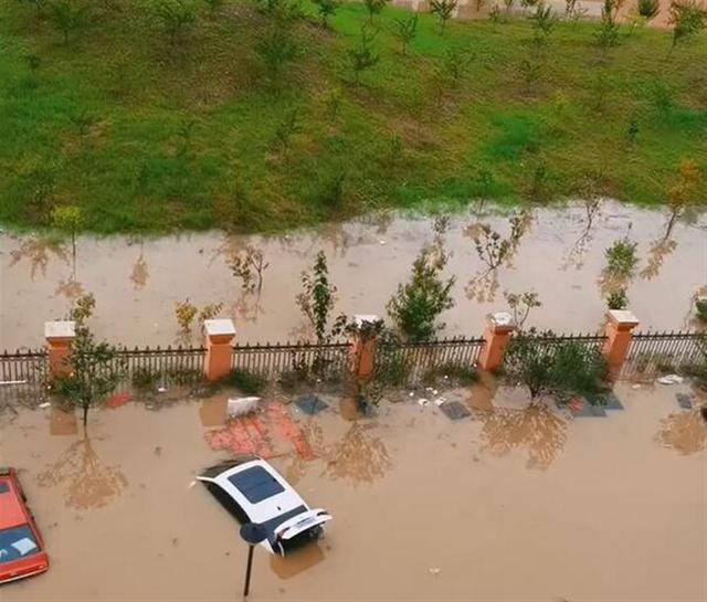 河南平顶山遭暴雨袭击,叶县高中水深超2米近3000人转移