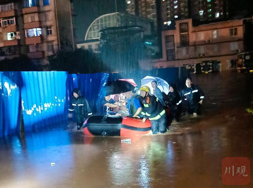 夜间暴雨来袭,雅安雨城连夜转移群众43人