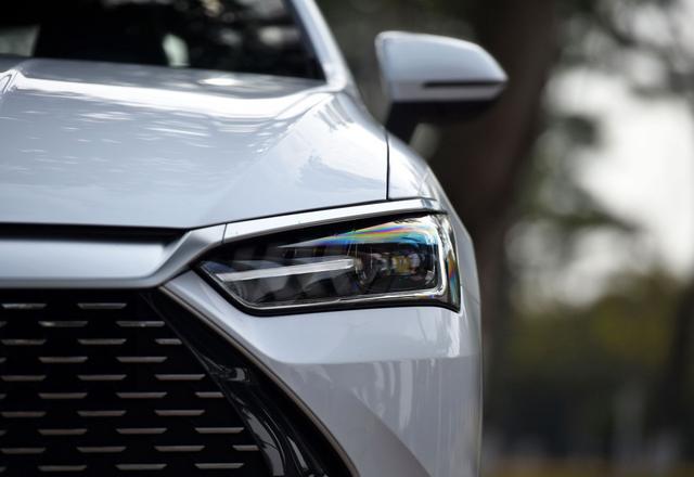 国产轿车再进击,单月销量破2万,油耗3.8L,带终身质保,10.58万
