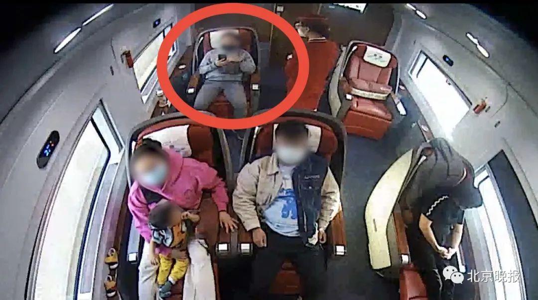 男子在前往北京的列车上占座、吐痰、泼茶,辱骂列车员……警方出手!