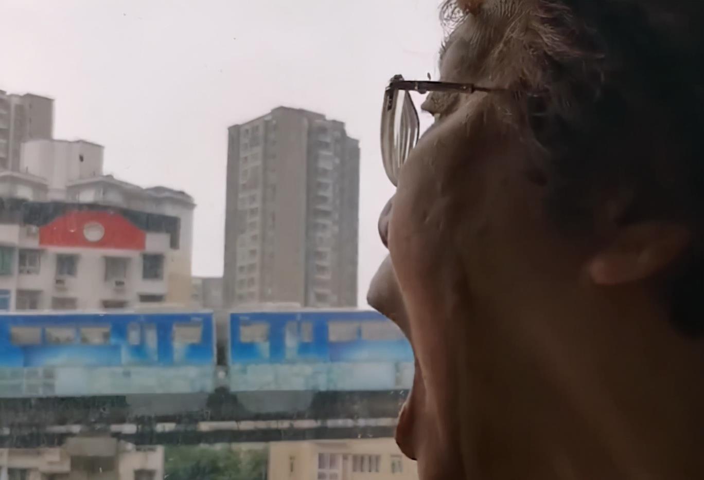 """重庆老奶奶表演""""吞轻轨"""",最后还有小细节,网友:吃太多会撑!"""