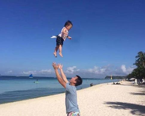 """男子把儿子""""举高高"""",不慎失手掉地上,醒后不是傻子就是植物人"""