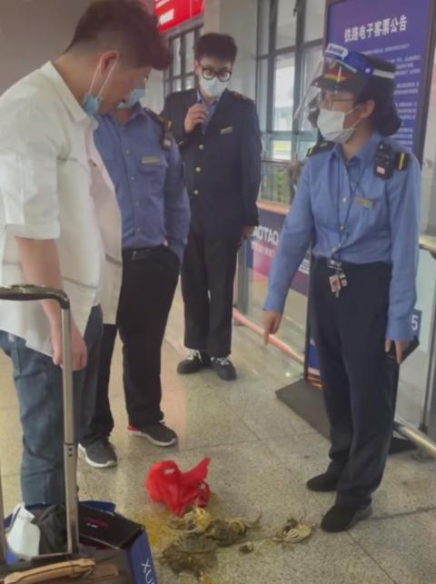 乘务员不让带活螃蟹上车,男子当场踩死8只后上车,蟹黄布满地面