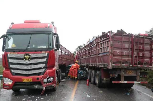 贵州余庆:雨天路滑243国道,3车相撞,1人被困