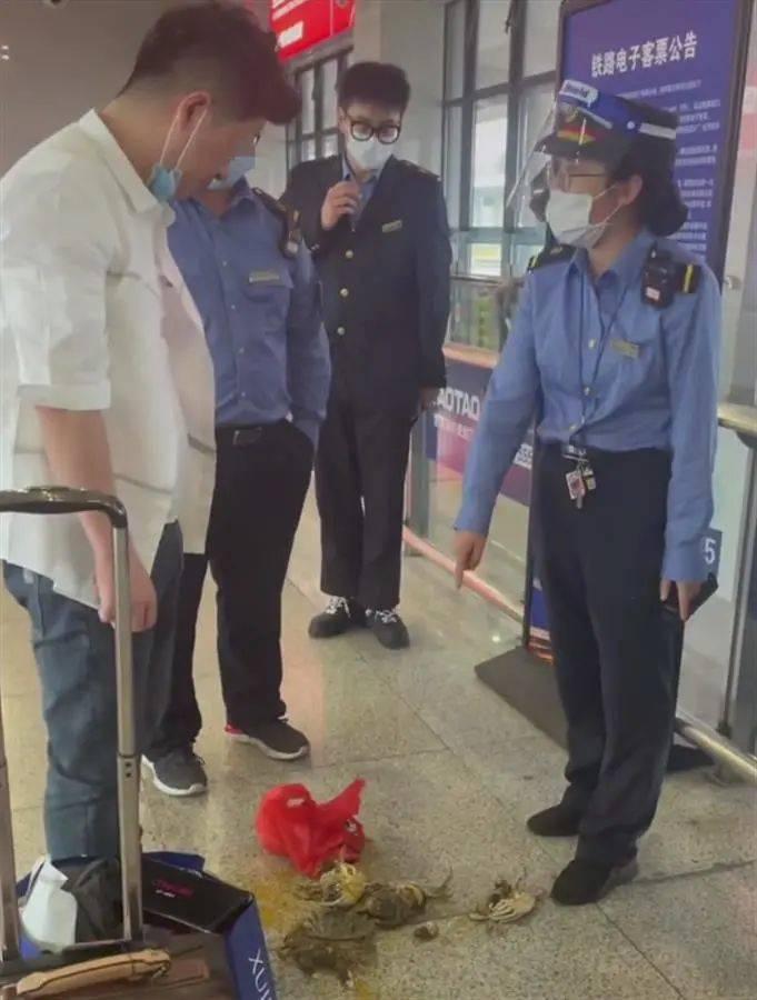 不让带活螃蟹上高铁?男子当场踩死8只后带上车…网友吵翻了
