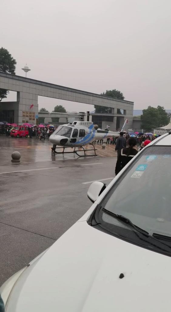 家长把直升机停到操场上接小孩?湖南常德辟谣:系政府客商的飞机