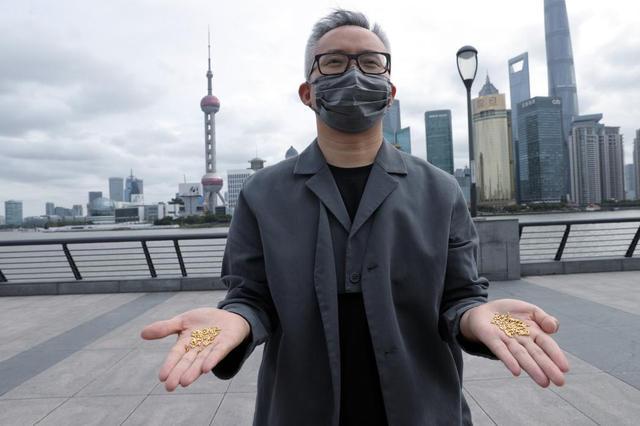 """对话上海撒""""黄金米粒""""行为艺术者:一粒折合230元,怕哄抢没有扔在闹市"""