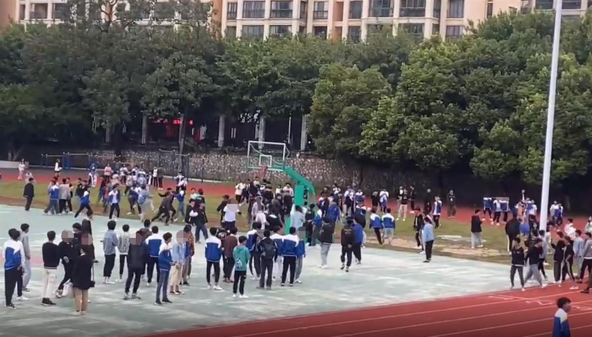 桂林一技校几十名学生打群架,操场一片混乱,警方介入调查