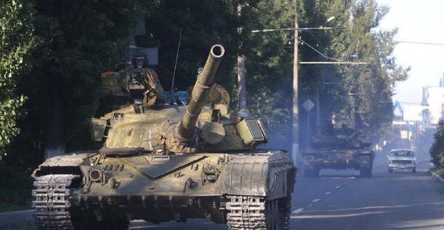 小汽车想不开,跟41吨坦克抢道被压扁,军官:无需赔偿
