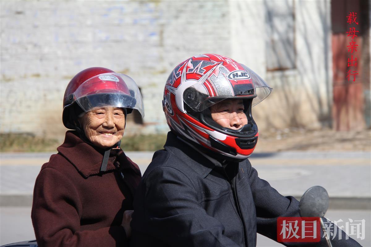 山东一孝子骑摩托带93岁老母远游:坚持32年换过5辆车,开心才会长寿