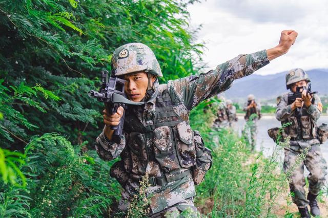 官兵在实战化训练中锤炼作战能力