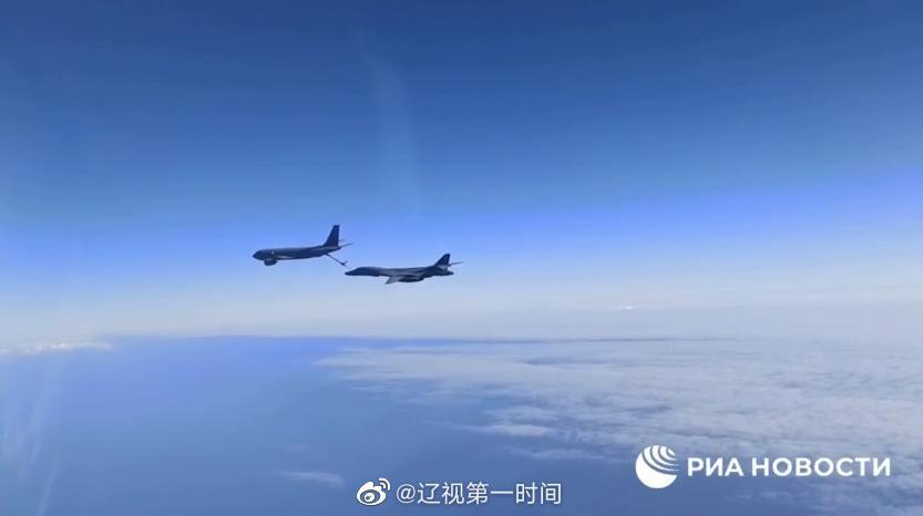 俄两架战斗机在黑海上空对美军两架战略轰炸机进行
