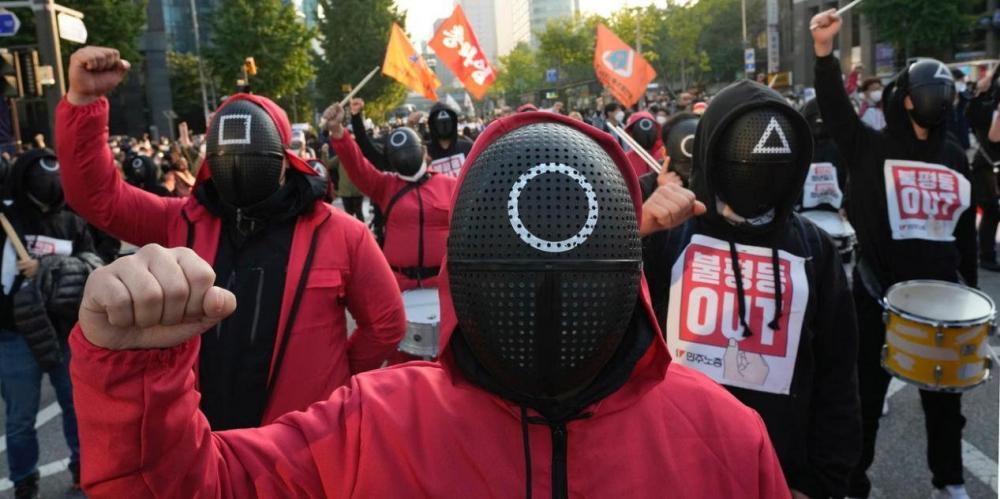 数千名韩国工人身穿《鱿鱼游戏》服装罢工集会,呼吁改善工人权益