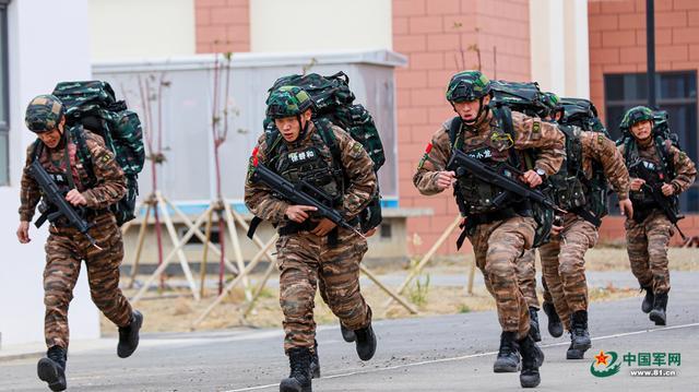 直击轻武器实弹射击考核 武警官兵远距离迅速捕捉随机目标