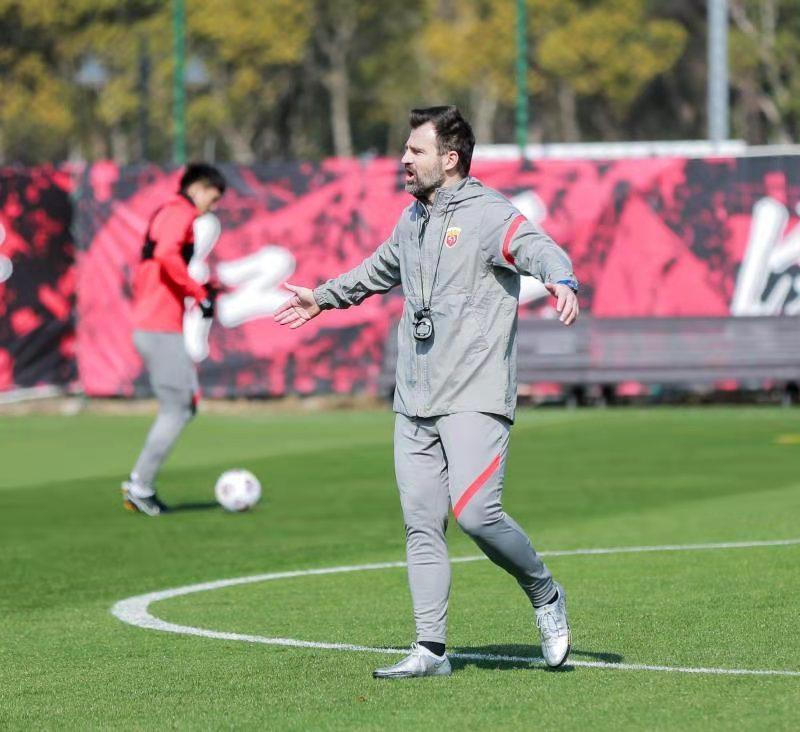 莱科带队首训不断着重团队足球 阿瑙归队参与上港合练