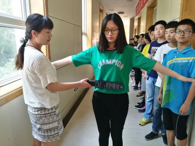 星辉注册:高考考生因戴金属牙套不能进考场 幸亏民警及时出手