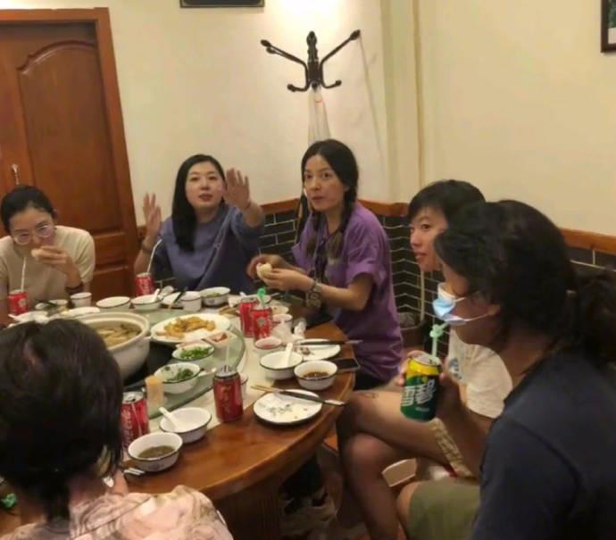 星辉登录:赵薇约窦靖童萨顶顶聚餐吃饭 梳双麻花辫超级减龄