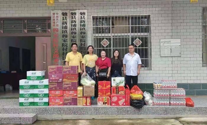 勉县爱心人士踊跃向新铺镇穆家院村捐赠受灾物资
