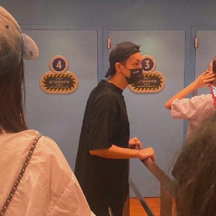世纪娱乐平台:陈伟霆北京环球影城游玩被偶遇 全黑look装扮帅气十足