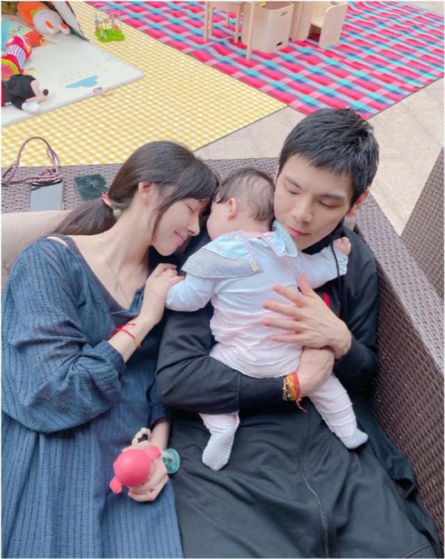 世纪官方注册:郭碧婷怀二胎了?带女儿游玩腹部凸起明显,曾答应向太生三个孩子(图11)